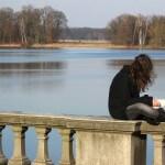 Frau beim entspannten Lesen am Heiligensee