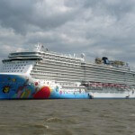 Norwegian Breakaway am Columbus-Bahnhof Bremerhaven