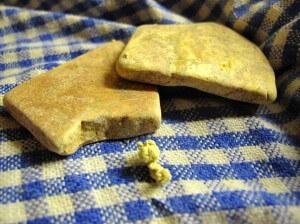 Nachdem die Steine aneinander gerieben wurden, fällt der Kleber fast von alleine ab